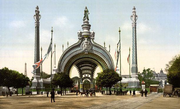 Huhtikuusta marraskuuhun 1900 järjestetty Pariisin maailmannäyttely toi Pariisiin yli 50 miljoonaa kävijää. Maailmannäyttelyn aikana järjestettiin myös toiset nykyaikaiset olympiakisat.