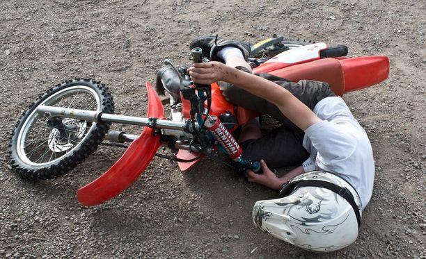 TAKAA-AJO Roope, 14, demonstroi kuinka hän kaatui motocross-pyörällään noin kahden kilometrin takaa-ajon päätteeksi. Roope kertoo poliisiauton töytäisseen pyörää, minkä seurauksena hän kaatui.