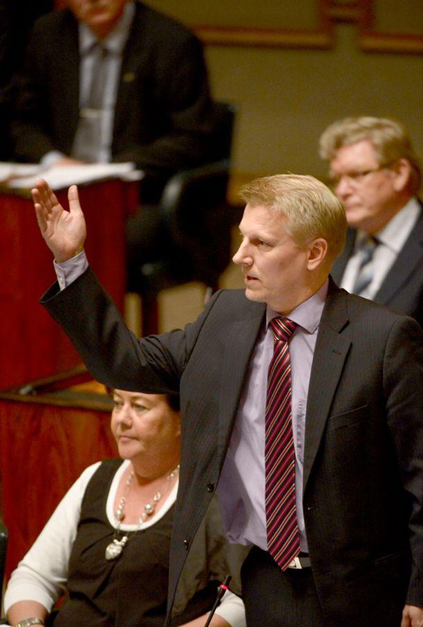 Tiilikaisen mielestä pääministerin Nato-puheet aiheuttavat sekaannusta Suomen linjasta.