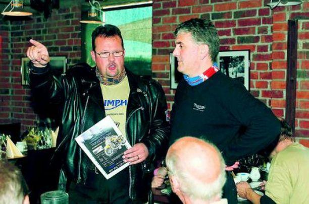 TURKUUN Anssi Tähtinen (vas.) ja tehtaan edustaja Peter Gereben toivottivat rocketistit tervetulleiksi Turkuun.