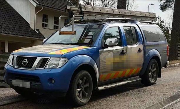 Tällaisella autolla kattopesukauppiaat olivat liikkeellä Espoossa.