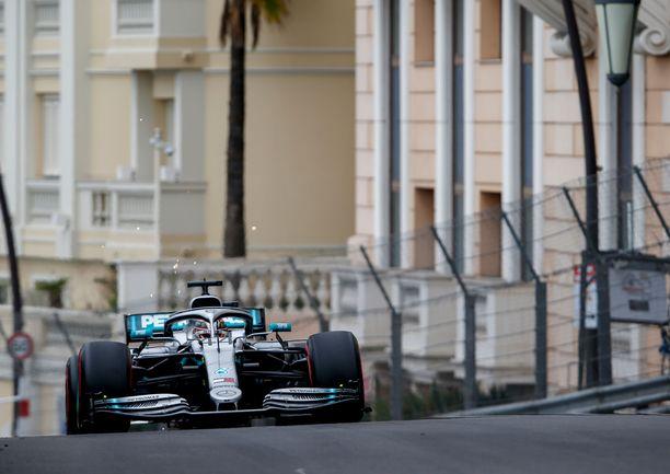Lewis Hamilton oli nopein kuski torstain vapaissa harjoituksissa.
