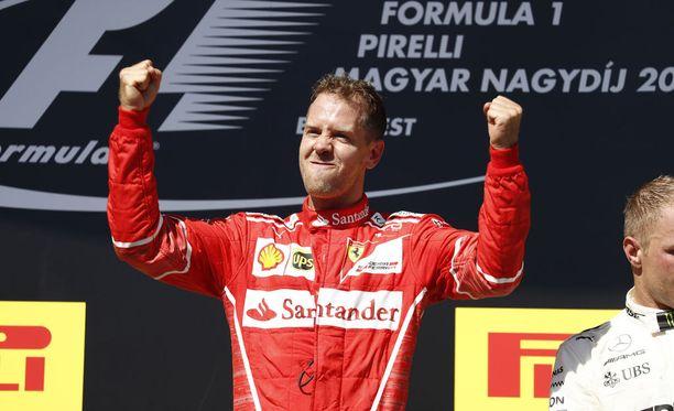 Ilmeestäkin sen näkee: Sebastian Vettel oli tyytyväinen voittoonsa Hungaroringilla.