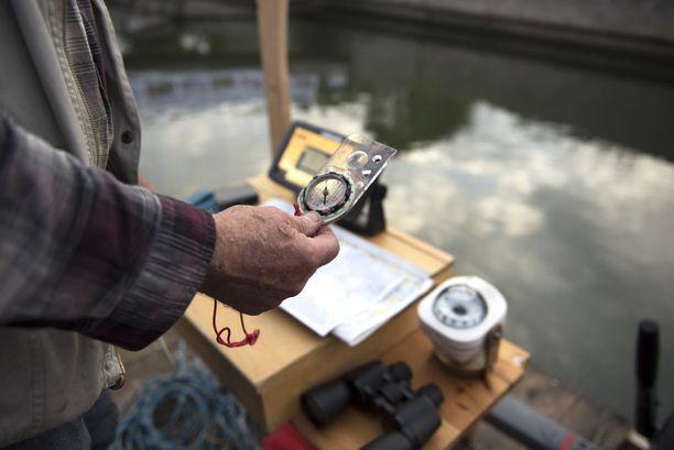 Modernimpien laitteiden lisäksi mukana oli käsikompassi.