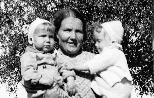 – Eletään sota-aikaa, kiikumme kaksoissiskoni Maritan kanssa äidin sylissä Reposaaren satamapuistossa. Minä olen tuo pulloposki vasemmalla. Äidille lapset olivat kaikki kaikessa. Molemmat vanhemmat myös halusivat ehdottomasti laittaa meidät lapset yhteiskouluun.