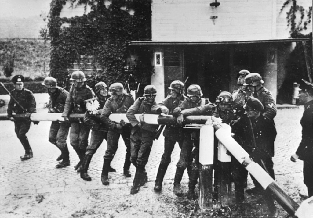 Saksalaiset sotilaat murtavan rajapuomin Saksan ja Puolan rajalla 1. syyskuuta vuonna 1939.
