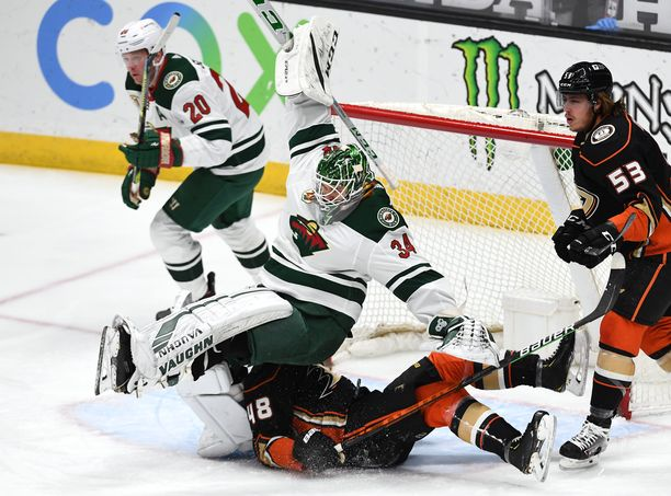 Kaapo Kähkönen esitti akrobaattisia liikkeitä ottelussa Anaheim Ducksia vastaan helmikuussa.