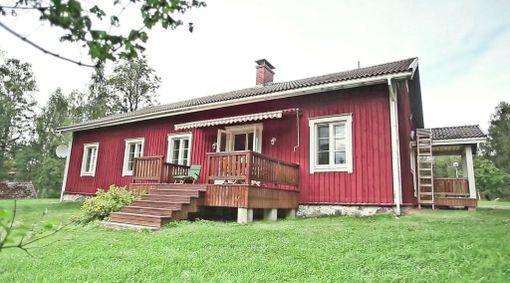 Tontin päärakennus on punainen puutalo.