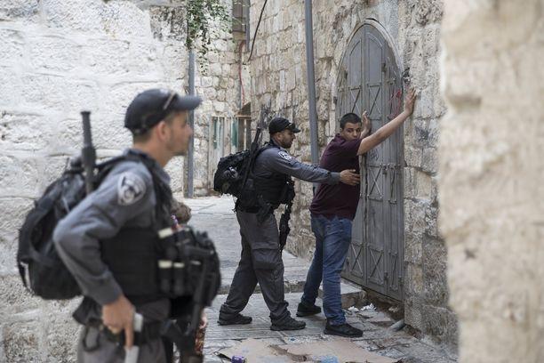 Israelin rajapoliisi tarkisti palestiinalaisia Jerusalemin vanhassakaupungissa.