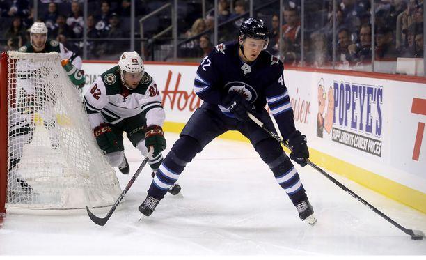 Winnipeg Jetsin Kristian Vesalainen (42) karkasi Minnesota Wildin Justin Kloosilta ennen NHL-kauden alkua pelatussa harjoitusottelussa. Nyt Vesalainen on palaamassa Eurooppaan ja ilmeisesti Jokereihin.