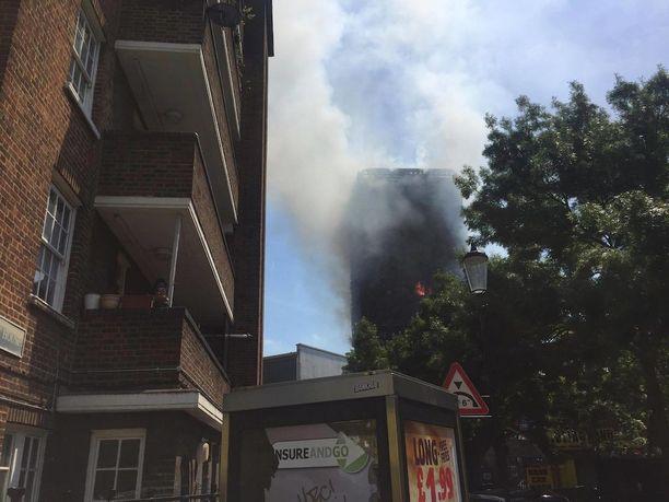 Edralinin äiti ja veli asuvat palavan talon naapurissa.
