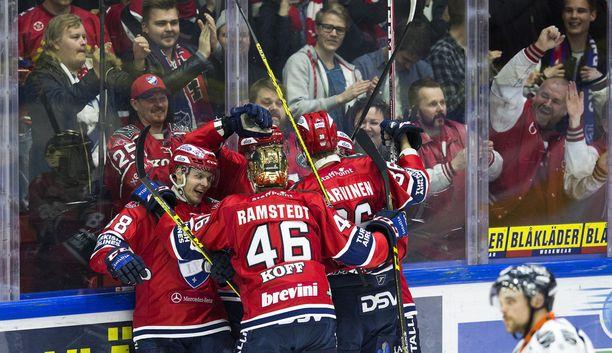 Joonas Rask ja HIFK juhlivat voittomaaliksi jäänyttä osumaa heti ensimmäisellä minuutilla.