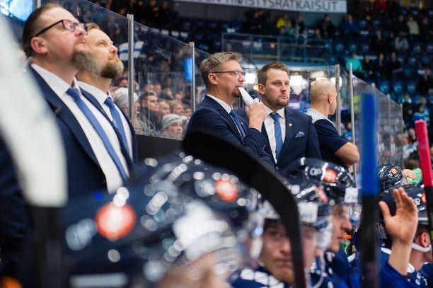 Mikko Manner (toinen vasemmalta) ja Antti Pennanen (toinen oikealta) ovat kantaneet kortensa kekoon Leijonien menestyksessä.