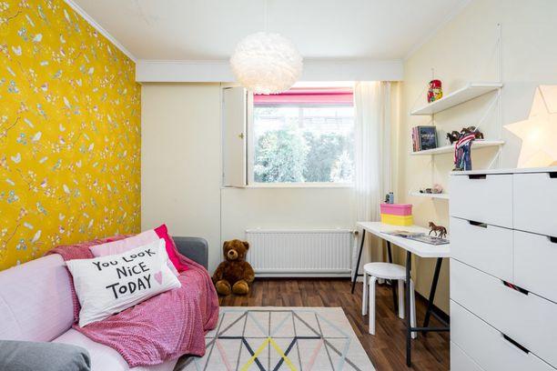 Kirkkaiden värien ystävä innostuu keltaisesta seinästä. Vaaleanpunainen viltti tuo kontrastia. Kun tila on muuten valkoinen, huoneen tunnelma pysyy avarana.