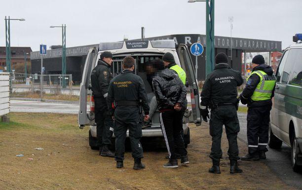 Rajavartiolaitoksen mukaan turvapaikanhakijoita tulee tällä hetkellä joitakin kymmeniä tai satoja päivässä.