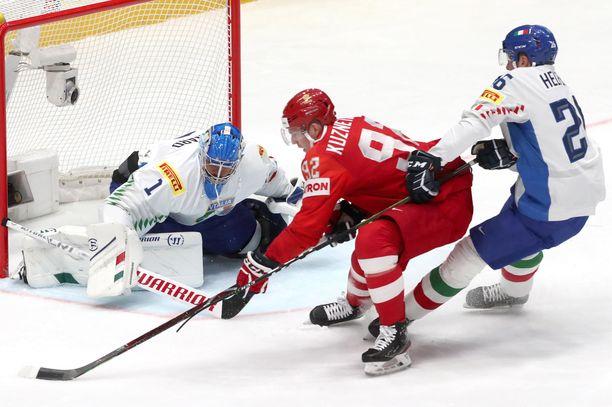Andreas Bernard torjui Jevgeni Kuznetsovin yrityksen Italian kannalta murheellisessa ottelussa, jonka Venäjä voitti 10-0.