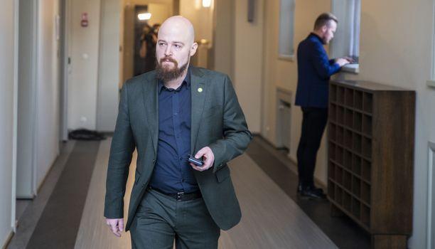 Kansanedustaja Mikko Kärnä (kesk) eduskunnassa.