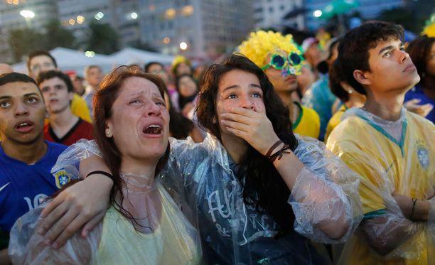 Kyyneleet silmässä, käsi suun edessä järkytyksestä. Nämä olivat Brasilian kasvot tiista-illan Saksa-ottelun aikana.
