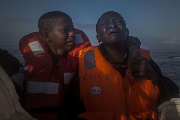 JÄTETTY YKSIN 11-vuotias nigerialaistyttö itki 10-vuotiaan veljensä vierellä avustusjärjestön pelastusveneessä Välimerellä heinäkuussa. Heidän äitinsä kuoli Libyassa. Yleisten uutiskuvien sarjan kakkossija.