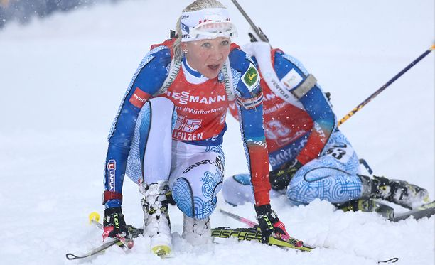 Kisaolot Itävallan Hocfilzenissä olivat haastavat, kuten kuvasta näkyy. Kaisa Mäkäräisen taustalla itseään keräilee 40:nneksi hiihtänyt Mari Laukkanen.