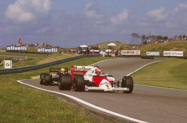 Niki Lauda ajaa kärjessä edellisessä Hollannin GP:ssä vuonna 1985. Ayrton Senna seuraa. Lauda voitti kilpailun.