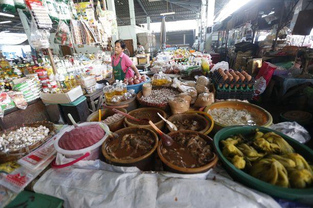 Ruokakauppias markkinoilla Nakhon Sawanissa.