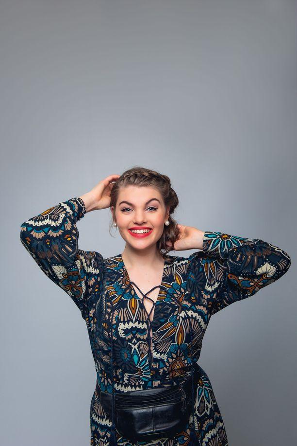 Ronja Alatalo on tähdittänyt näyttelijänä muun muassa musikaaleja. Ylen Uusi Päivä -sarjassa hän näytteli Stella Kuparista.
