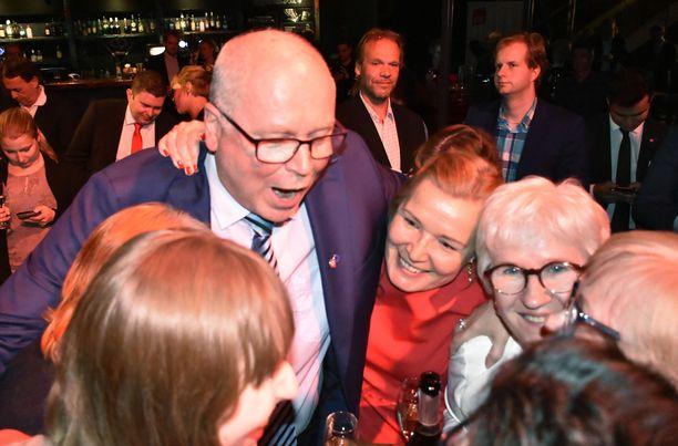 Eero Heinäluoma keräsi yli 128 000 ääntä, siitä riitti riemua SDP:n vaalivalvojaisissa.