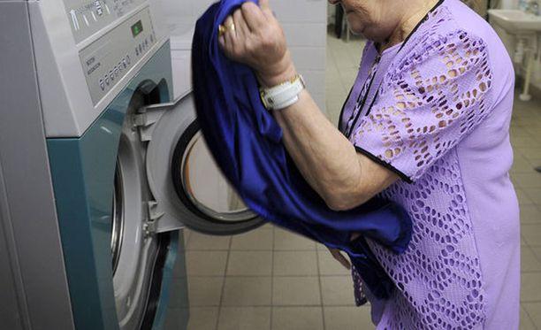 Mies ja nainen riitelivät pyykkitupavuorosta. Kuvituskuva.