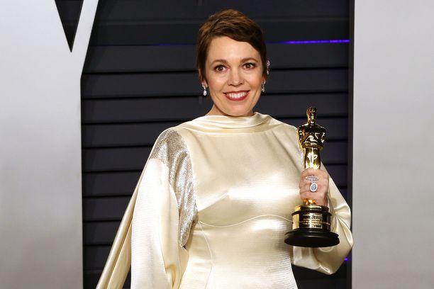 Olivia Colman yllättyi itsekin voitostaan. Hän vaihtoi asua Vanity Fairin Oscar-jatkoja varten.