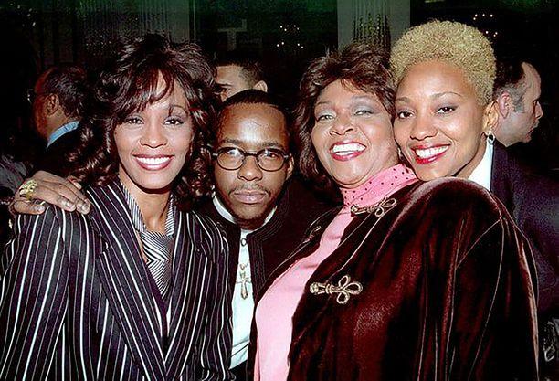 Whitney Houston, hänen entinen aviomiehensä Bobby Brown, Whitney Houstonin äiti Cissy Houston ja Robyn Crawford kuvattuna vuonna 1994.