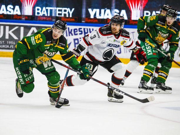 Ilveksen Panu Mieho (vas.) ja Ässien Kristian Tuohilampi väänsivät sarjapisteistä perjantaina Hakametsässä.