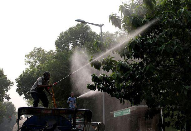 Kaupungin työntekijät ruiskuttivat viikonvaihteessa vettä sitoakseen edes osan saasteista.