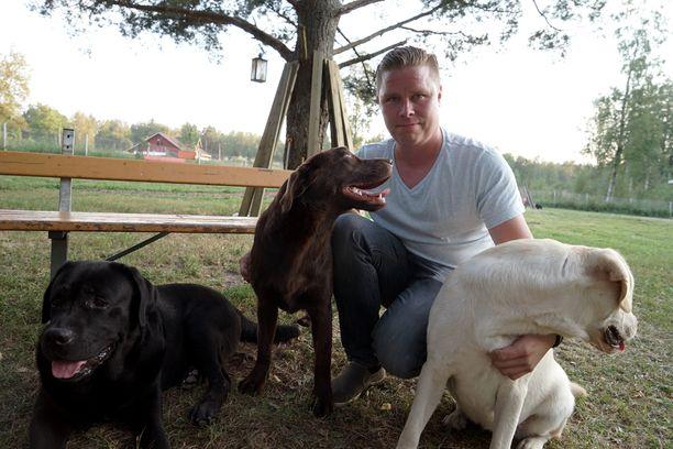 Ville Kormilainen poseerasi Iltalehdelle koiriensa kanssa 2014.