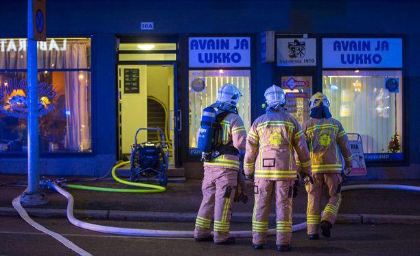 Palomiehet keskustelevat palopaikalla.