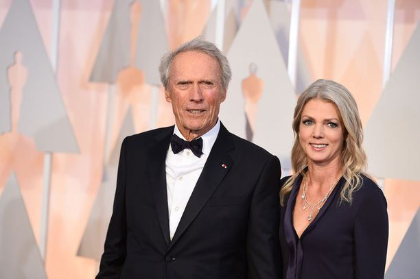Legenda Clint Eastwood seuralaisineen.