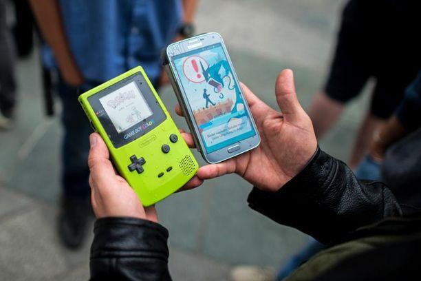 Pokemon-peli Game Boy Colorilla vasemmalla, älypuhelimille tehty Pokemon Go -peli oikealla.