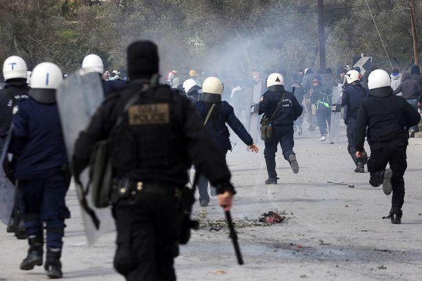 Kreikan mellakkapoliisi ja siirtolaisjoukot ottivat rajusti yhteen maaliskuun alussa. Muun muassa kyynelkaasua käytettiin puolin ja toisin.