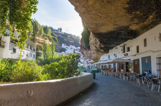 Setenil de las Bodegas on syntynyt luolien ympärillä. Espanjalaiskaupungin arkkitehtuuri on omaperäistä.