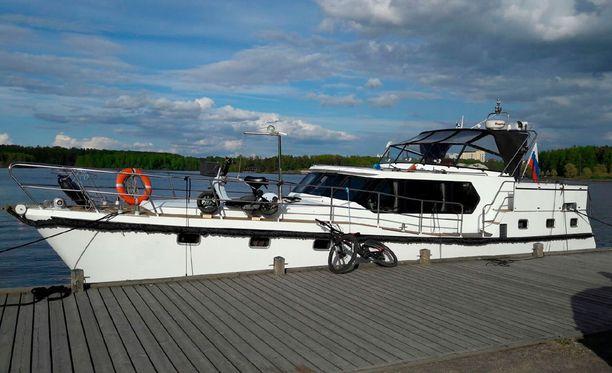 Rajavartiolaitoksen kuva takavarikoidusta veneestä.