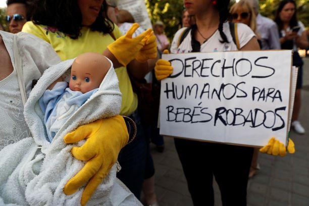 Velan oikeudenkäynti ja vauvojen sieppaaminen on herättänyt valtavasti huomiota Espanjassa.