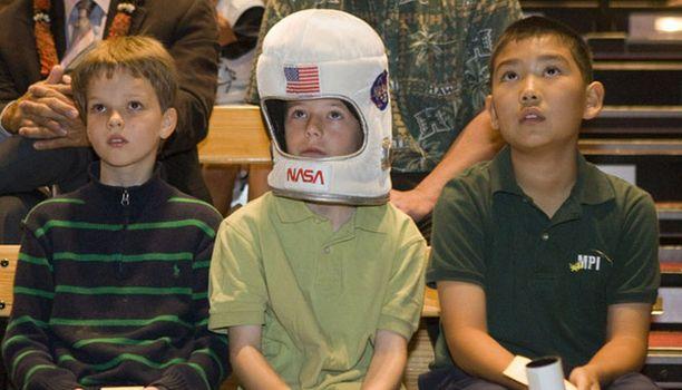 Presidentti Barack Obaman entisen koulun oppilaat Llya Setstyuk, Hunter Owens ja Issac Kimura seurasivat perjantaina silmä kovana suoraa satelliittilähetystä Discoveryn astronauteista.