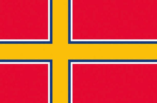 Senaatin 27.2.1918 väliaikaiseksi merenkulku- ja kauppalipuksi vahvistama lippu.