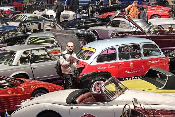 Techno-Classica Essen on tapahtumana kuin yhdistelmä museota ja käytettyjen autojen paikoitusaluetta.