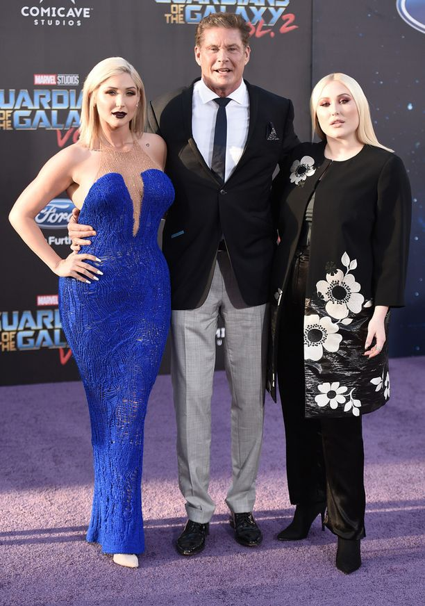 Näyttelijä tyttäriensä Taylorin ja Hayleyn kanssa.