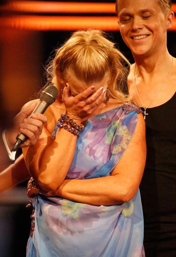 Kirsi Alm-Siira liikuttui kyyneliin. Marko Keränen tukee taustalla.