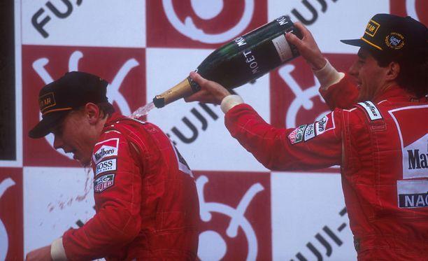 Mika Häkkinen sai Ayrton Sennalta samppanjasuihkun 24. lokakuuta 1993.
