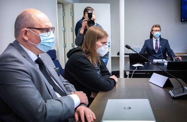 Joel Marin käräjäoikeudessa syyskuussa. Vieressä vasemmalla hänen asianajajansa Matti Niiranen.