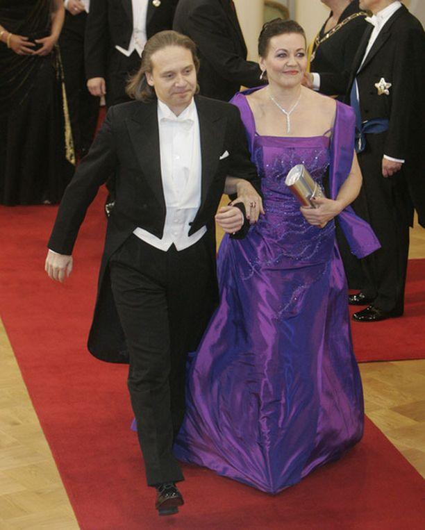 Eppu Salminen viiletti Presidentinlinnan punaista mattoa yhdessä Riitta Havukaisen kanssa.