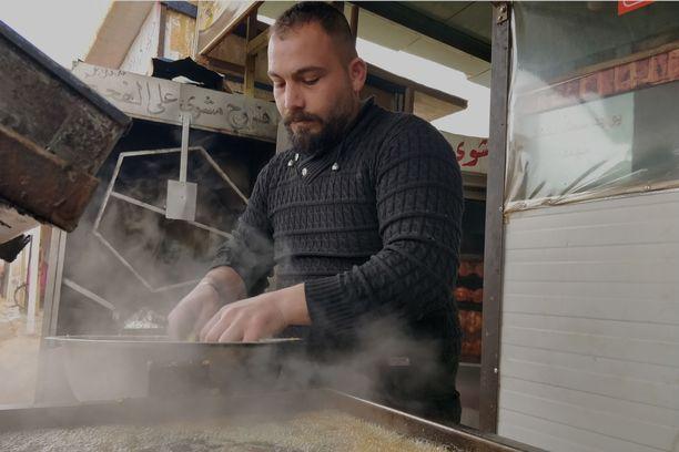 Ghassan Al Hariri valmistaa falafeleja kunnioitettavalla nopeudella Zaatarin pakolaisleirillä sijaitsevassa ravintolassa. Hänellä on kaksi poikaa, joiden pelkää joutuvan armeijan palvelukseen, jos hän palaisi perheineen Syyriaan.